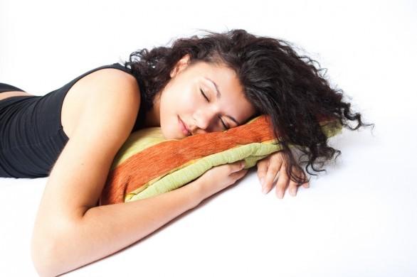 Dormire a pancia in giù, favorisce sogni erotici