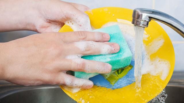 Lavare i piatti fa dimagrire