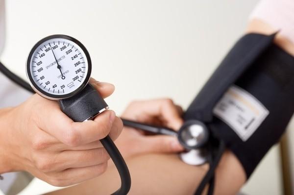 La pressione alta non va sottovalutata, non è cosa da persone anziane