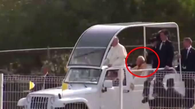 Il fantasma di Paolo Giovanni 2°, accanto a Papa Francesco