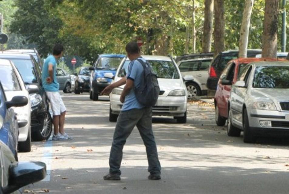 Parcheggiatore abusivo minaccia automobilista con una bottiglia di vetro.