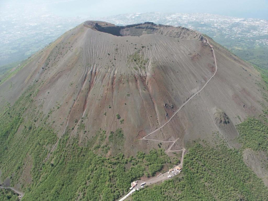 Vesuvio a rischio eruzione, Frosinone si sta organizzando, a Napoli tutto tace