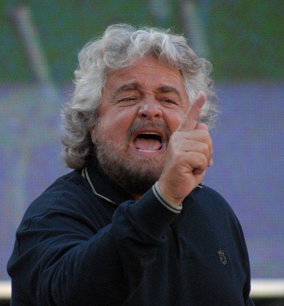 """Grillo attacca Renzi: """"Vedi Napoli e poi cadi"""""""
