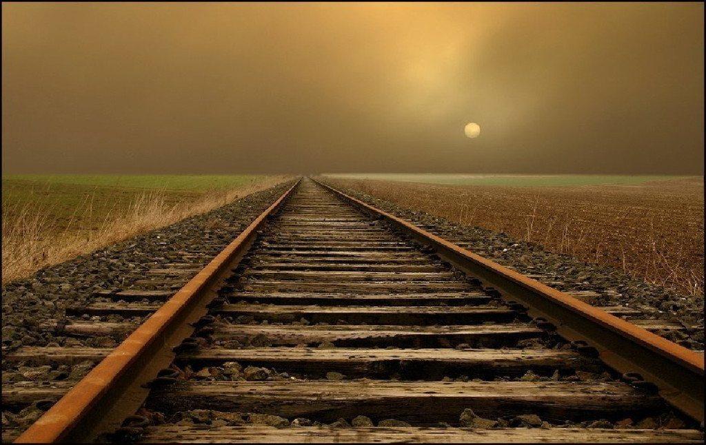 Coppia si abbraccia e si fa travolgere dal treno in corsa