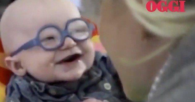 La reazione del bimbo che indossa i suoi primi occhiali e vede la mamma