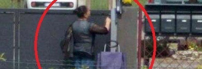Attenti alla zingara con il trolley blu e il gessetto in mano.