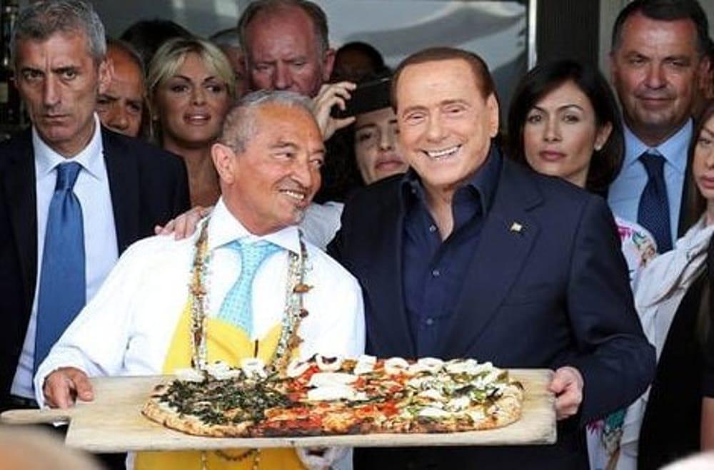 Berlusconi a Napoli, pizza sul lungomare con Pascale e Carfagna