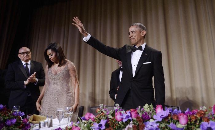 Il presidente Usa Obama, saluta e lascia cadere il microfono