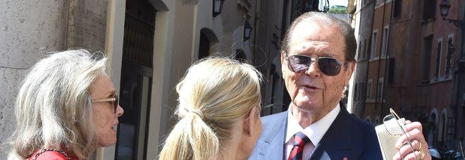Roger Moore a Roma, l'ex 007, ha quasi 90 anni