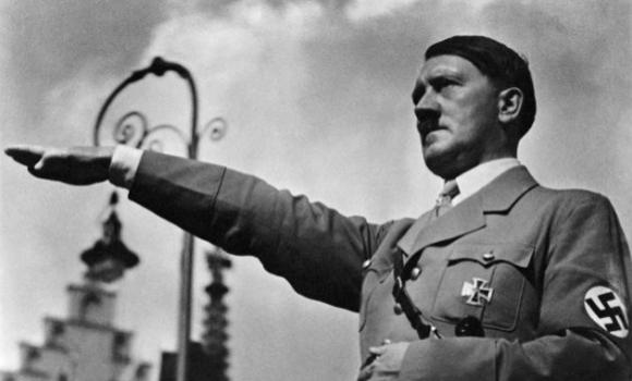 Insegna il saluto nazista al cane della fidanzata, pubblica il video su youtube, arrestato.