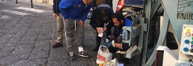 Stop agli incivili del sacchetto, il sindaco si mette a scavare tra i rifiuti