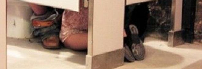 Sotto la porta ci sono 4 piedi, ma non sempre quello che si vede è quello che si pensa.