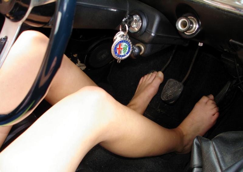 In ciabatte si può guidare, la risposta a tutti gli automobilisti