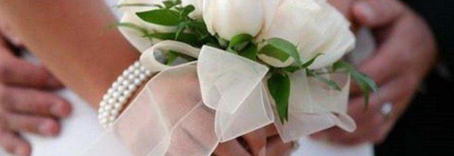 Chiesa addobbata, cerimonia pronta, ma lo sposo si dilegua