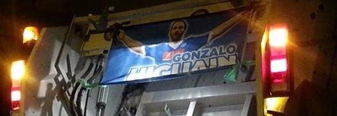Il poster di Higuain finisce sul camion dei rifiuti