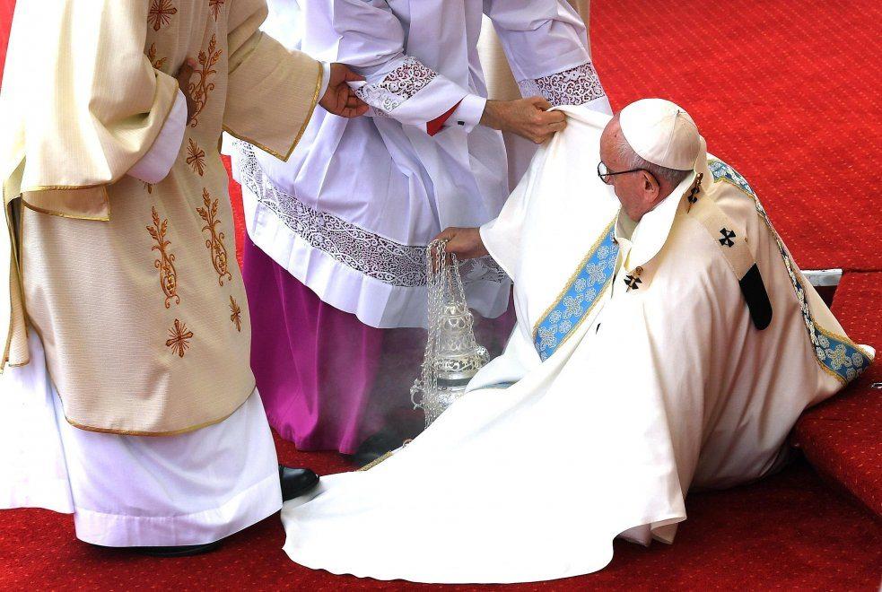 Papa Francesco inciampa sull'altare, video