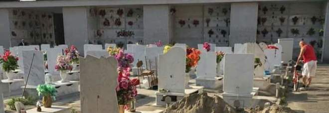 Raid al cimitero distrutte centinaia di tombe