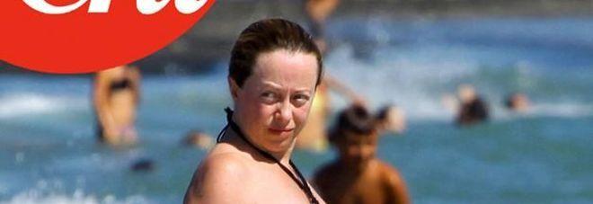 Giorgia Meloni in bikini al mare con il pancione. Le foto