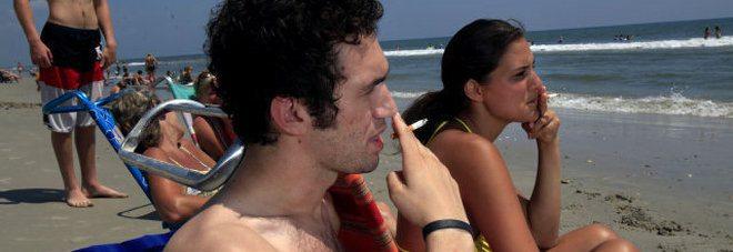 Vietato fumare anche sulla spiaggia, adesso i fumatori rischiano multe salate.