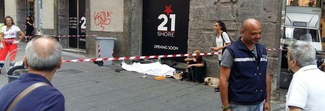 Napoli, muore clochard tra la gente, i suoi cani piangono