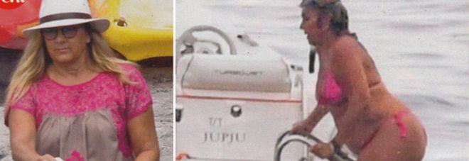 Romina Power in bikini nel golfo di Napoli, ingrassata di tanti kg..