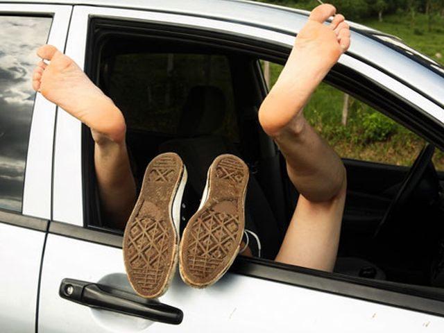Sesso sfrenato in auto, ma poi arriva la polizia