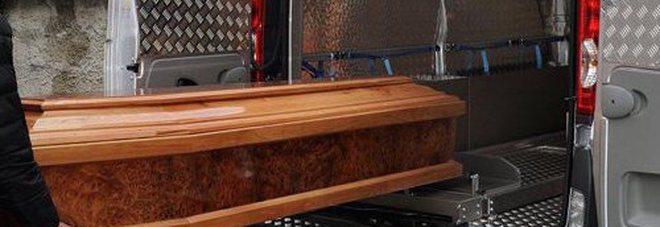 Compra la bara e la nasconde sotto il letto, la scoperta dopo il funerale