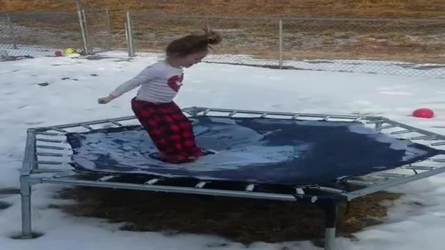La bambina salta sul tappeto elestico ghiacciato, un video diventato virale