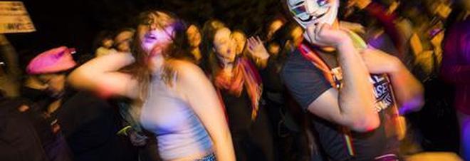 Discoteca offre 100 euro alle ragazze che ballano senza mutandine: tantissime le proteste.