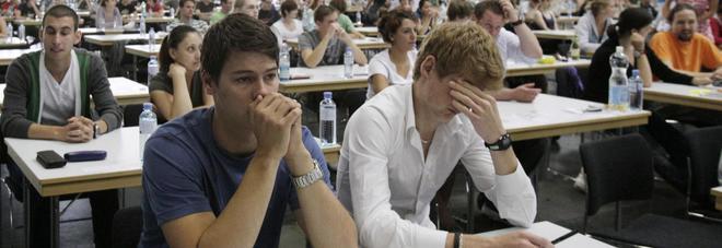 """L'allarme dei professori universitari: """"I ragazzi scrivono male in italiano, errori da terza elementare""""."""