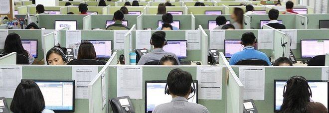 Call center, lavoratori pagati per allungare le telefonate: «Ecco perché vi teniamo al telefono»