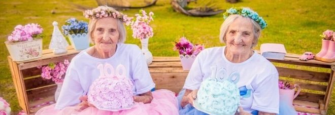 Le gemelle compiono 100 anni, festa e servizio fotogragifo