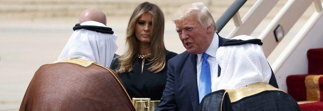Capelli al vento e cinturone, Melania Trump sfida l'Arabia Esaudita, ma era vestita con una tunica