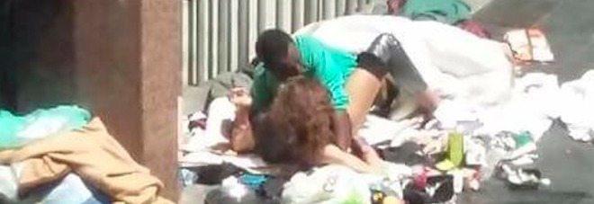 Sesso in pieno centro a Roma, la foto virale indigna il web- GUARDA