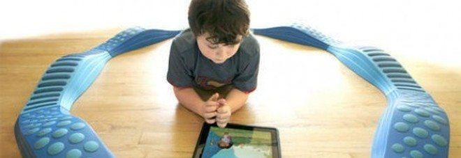 Vostro figlio dai 6 ai 24 mesi gioca con il tablet? Ecco cosa rischia