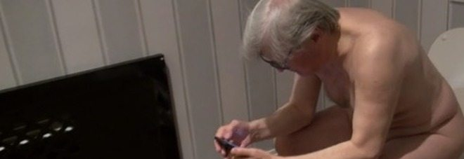 Vittorio Sgarbi nudo al telefono con buffon, il video delle iene è virale
