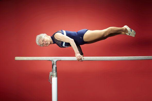 Ginnasta a 91 anni, impeccabile l'eservizio sulle parallele.