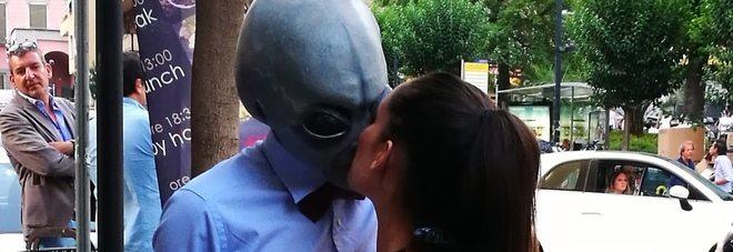Napoli, il bacio alieno, chi è il marziano che ci prova con tutte le ragazze?