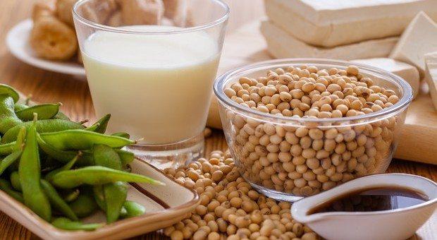 Menopausa precoce si può allontanare con tofù, latte di soia e cereali