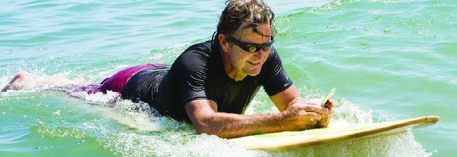 Vacanze, se il cellulare vi cade in acqua o a mare che fare?