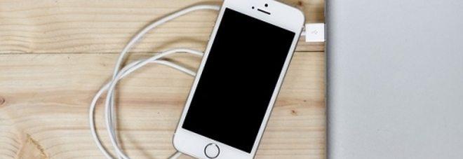 Se carichi lo smartphone di notte, ecco cosa rischi