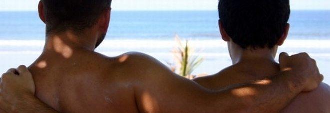 Abbracci vietati ad una coppia gay sul lido balneare, via dallo stabilimento