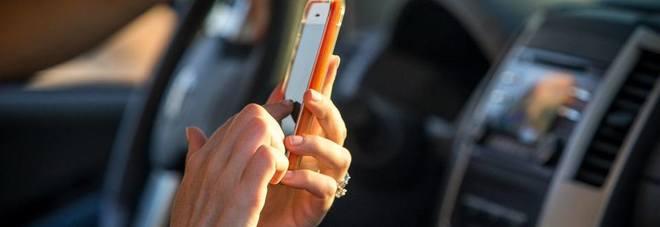 Scock, il 96% degli italiani usa lo smartphone alla guida