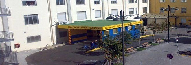 Operata si sveglia in ospedale e parla inglese, giallo!