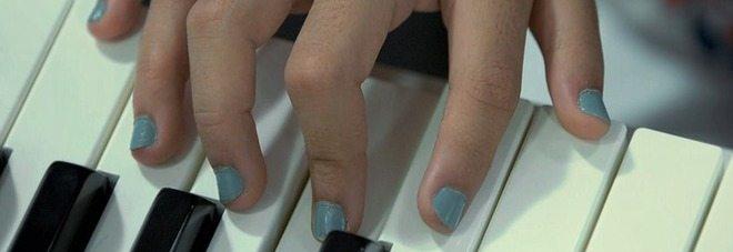Sei dita per mani e piedi, nella stessa famiglia in 14 sono colpiti dalla stessa rara anomalia