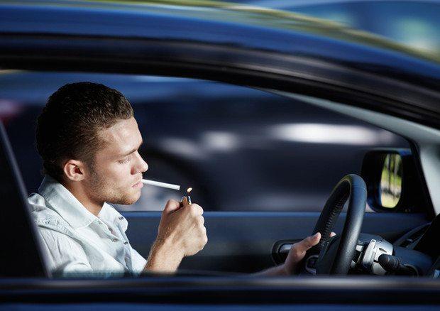 Chi fuma all'interno dell'auto, svaluta il suo usato fino a 2600 euro