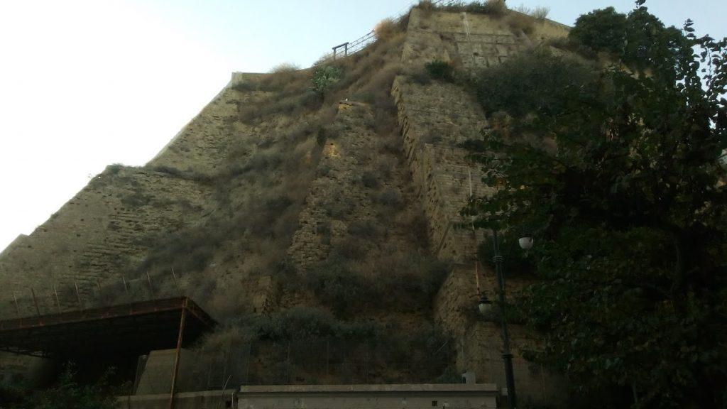 Napoli, monte Echia, e se non si trattasse di uno spuntone roccioso? Ma di...