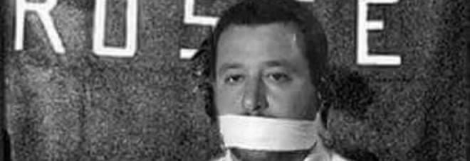 Salvini minacciato e imbavagliato davanti alla bandiera delle brigate rosse