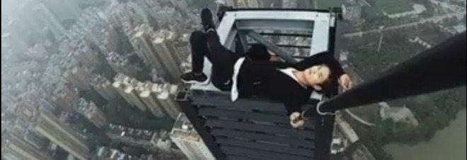 Si arrampica sul grattacielo per scattarsi un selfie, cade e muore