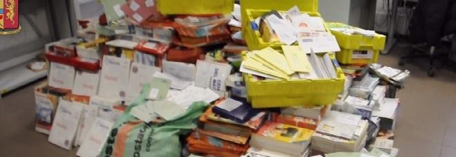 Postino non consegnava la posta da 8 ani, 572 kg di lettere nel garage.